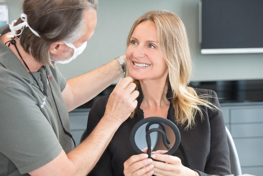 Das Foto zeigt eine Bleaching Behandlung in der Dentalclinic Crailsheim
