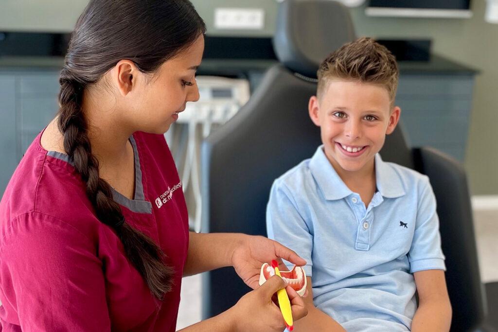 Das Bild zeigt ein Kind bei einer Zahnbehandlung unserer Kinderzahnärzte in Crailsheim