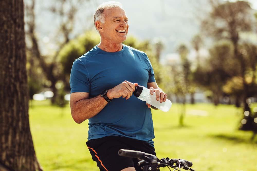 Das Foto zeigt einen Mann beim Sport mit einem festen Zahnersatz