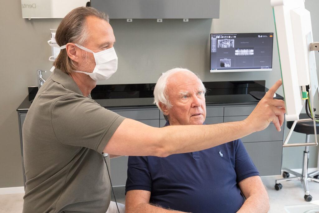 Das Foto zeigt die Beratung vor einer Parodontitis Behandlung