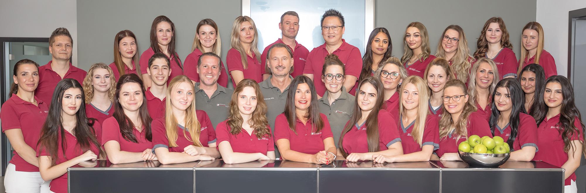 Ein Gruppenfoto vom gesamten Zahnärzte und Praxisteam der Dentalclinic Dr. Ryssel in Crailsheim