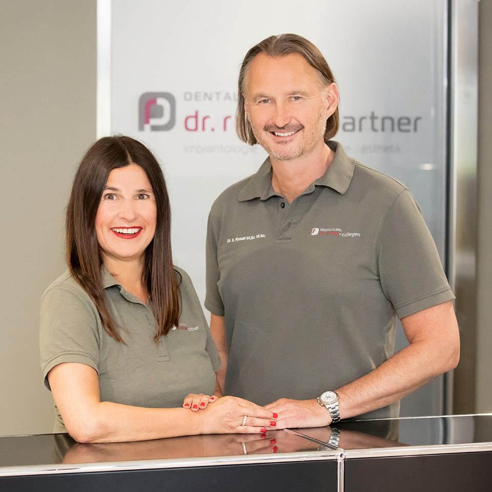 Das Bild zeigt den Zahnarzt Dr. Ryssel mit einer Kollegin in Crailsheim